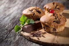 Czekoladowi muffins na drewnianym tle Fotografia Stock