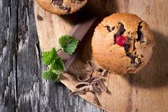 Czekoladowi muffins na drewnianym tle Obrazy Royalty Free