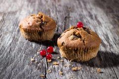 Czekoladowi muffins na drewnianym tle Zdjęcie Stock