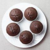 Czekoladowi muffins na round talerzu zdjęcia stock