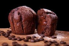 Czekoladowi muffins z fasolami i cukierem czekoladowymi i kawowymi Zdjęcia Royalty Free