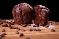 Czekoladowi muffins z fasolami i cukierem czekoladowymi i kawowymi Obrazy Royalty Free
