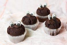 Czekoladowi muffins z jadalnymi oczami Obrazy Stock