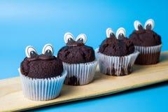 Czekoladowi muffins z jadalnymi oczami Fotografia Royalty Free