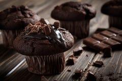 Czekoladowi muffins z lodowacenia i czekolady kawałkami Obrazy Stock