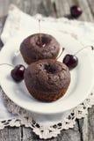 Czekoladowi muffins z wiśnią zdjęcie stock