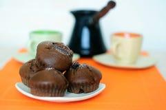 Czekoladowi słodka bułeczka dwa filiżanki i turek z kawą obrazy royalty free
