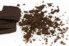 Czekoladowi sześciany, kawałki gorzki, ciemny czekoladowy bar, odizolowywający Obrazy Royalty Free
