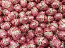 Czekoladowi Wielkanocni jajka w Kolorowym Foliowym opakowaniu zdjęcie royalty free