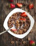 Czekoladowi zboża i truskawki dla śniadaniowego zbliżenia Zdjęcia Royalty Free