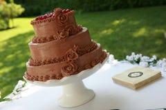 Czekoladowy ślubny tort na stołowym outside Obraz Stock