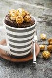 Czekoladowy aromatyczny kubka tort z karmelu apetycznym popkornem dla jesieni wygodnej ciepłej herbaty pije na szarym kamiennym t obrazy royalty free