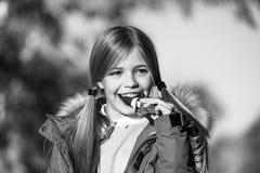 Czekoladowy bar jej trofeum na Halloween dniu Trikowa lub funda słodka czekolada Dzieciak dziewczyny odzieży żakiet dla sezonu je zdjęcia stock
