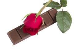 Czekoladowy bar z czerwieni róży kwiatem Fotografia Royalty Free