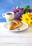Czekoladowy croissant i kwiaty dla mamy Fotografia Royalty Free