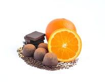 Czekoladowy cukierek, czekolada i pomarańcze na biel Obrazy Stock