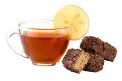Czekoladowy cukierek z filiżanką odizolowywającą na białym tle herbata Obraz Royalty Free