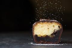 czekoladowy cukierki tort z komarnica proszkiem Obrazy Stock