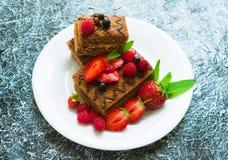 Czekoladowy gąbka tort z kremowymi i świeżymi jagodami Lato deser na textured szarym tle Zako?czenie zdjęcie royalty free