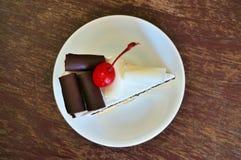 Czekoladowy i waniliowy warstwa tort obrazy stock