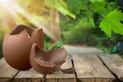 Czekoladowy jajko na stole Zdjęcie Stock