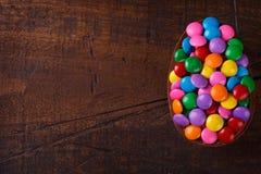 Czekoladowy jajko z plombowaniem dla wielkanocy na drewnianym tle Obrazy Stock
