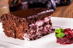 Czekoladowy kawałek tort z wiśnią Zdjęcia Royalty Free