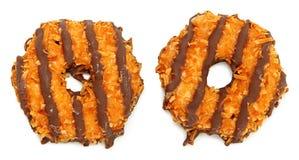 Czekoladowy Kokosowy ciastko Nad bielem obraz stock