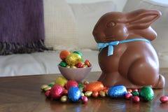 Czekoladowy królik z Wielkanocnymi jajkami na stole obraz stock