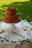 Czekoladowy ślubny tort na stole Zdjęcie Royalty Free