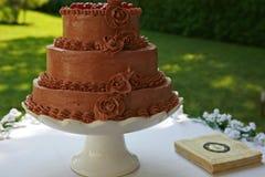 Czekoladowy ślubny tort outside na stole Obrazy Stock