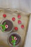 Czekoladowy mousse z malinkami na stole Fotografia Royalty Free