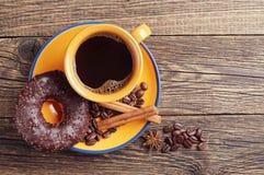 Czekoladowy pączek i kawa Obrazy Stock
