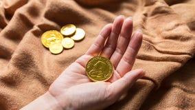 Czekoladowy pieniądze, sterta czekoladowe złociste monety Zdjęcie Royalty Free