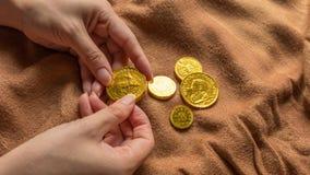 Czekoladowy pieniądze, sterta czekoladowe złociste monety Obraz Stock