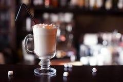 Czekoladowy potrząśnięcie z marshmallows przy baru kontuarem, zamyka Up Zdjęcie Royalty Free