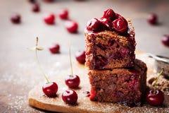 Czekoladowy punkt dekorujący z wiśnią Domowej roboty tort na drewnianym stole fotografia royalty free