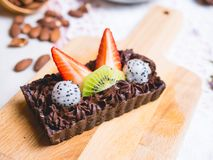Czekoladowy punktu torta deser z owoc na drewnianej desce obrazy stock