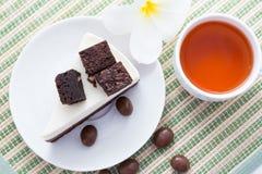 Czekoladowy punktu torta serw z gorącą herbatą Zdjęcie Stock