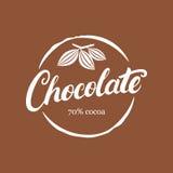Czekoladowy ręcznie pisany literowanie logo, emblemat, odznaka lub etykietka z kakaową fasolą, Zdjęcie Royalty Free