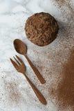 Czekoladowy słodka bułeczka kropiący z czekoladowymi płatkami i cacoa proszkiem - rozwidlenia i łyżki coposition obraz royalty free