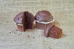Czekoladowy słodka bułeczka na burlap Zdjęcie Royalty Free