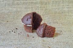 Czekoladowy słodka bułeczka na burlap Obraz Stock
