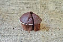 Czekoladowy słodka bułeczka na burlap Fotografia Stock