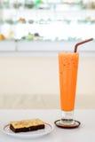 Czekoladowy serowy punkt i chłodno herbata zdjęcia royalty free