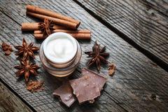 Czekoladowy skóry traktowanie Kosmetyczny słój z płukanką, kakao, anyż, cynamonowi kije zdjęcia stock