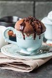 Czekoladowy souffle z czekoladą obraz royalty free
