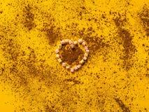 Czekoladowy tło i marshmallow w postaci serca na żółtej teksturze, zbliżenie Zdjęcia Royalty Free