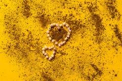 Czekoladowy tło i marshmallow w postaci serca na żółtej teksturze, zbliżenie Zdjęcia Stock