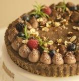 Czekoladowy tarta z dokrętkami, czarnymi jagodami i rasberries, obrazy stock